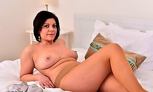 Euro milf Nicol strips off and rubs her pink hole
