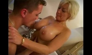 A mummy of 45 years with a fantastic body fucking in the bathtub of her son xVideos