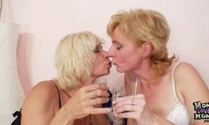 Blond milfs kissing licking and dildo fucking xVideos