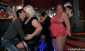 Fat chicks have fun in the bar xVideos